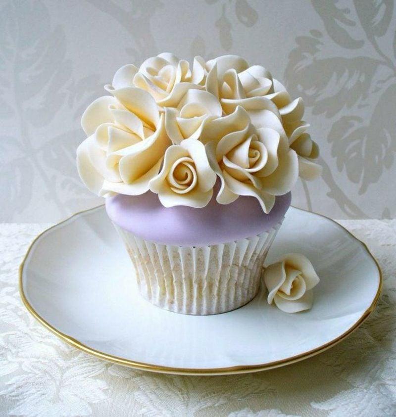 kleine Törtchen backen Cupcake Rosen Verzierung