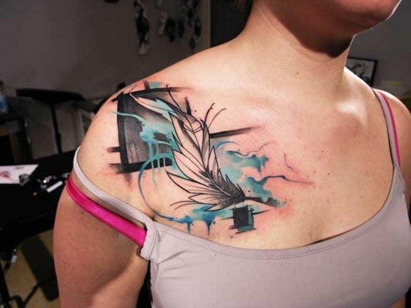Feder Tattoos Frau Aquarell Brust Schulter