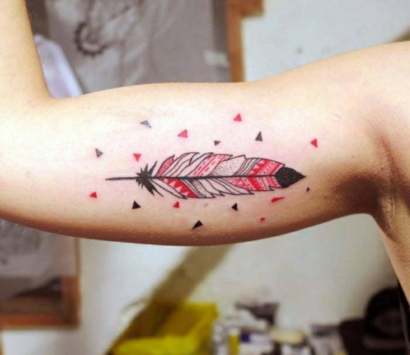 Feder Tattoos Mann Oberarm Ethno Look