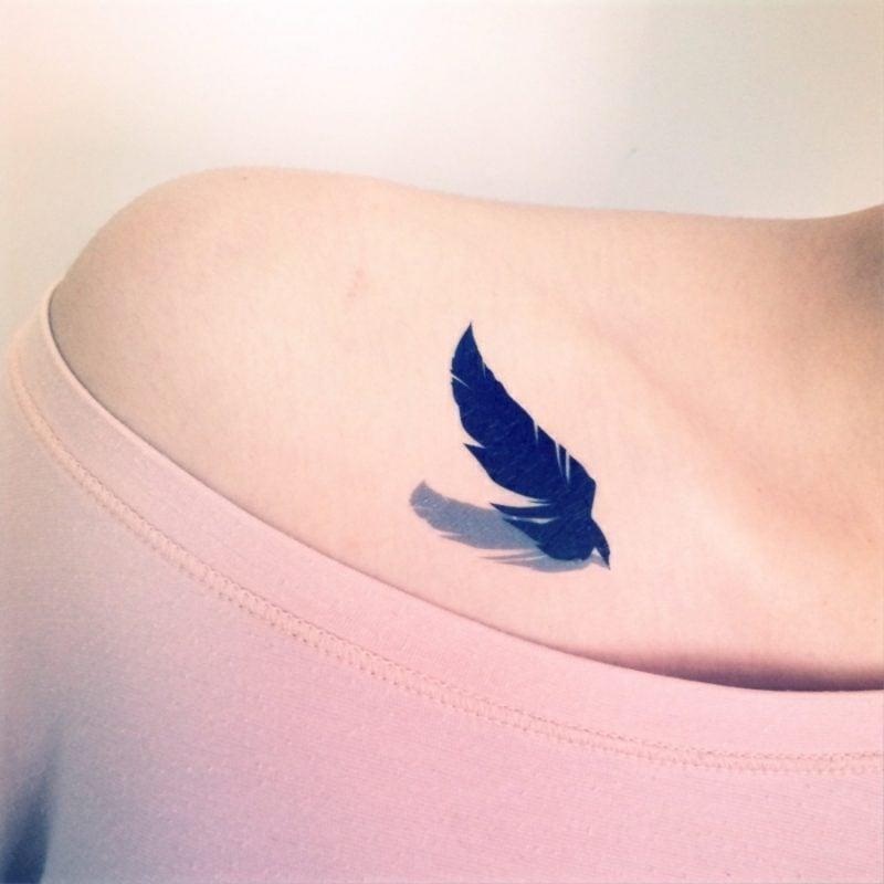 Feder Tattoos Frau Schlüsselbein mit Schatten