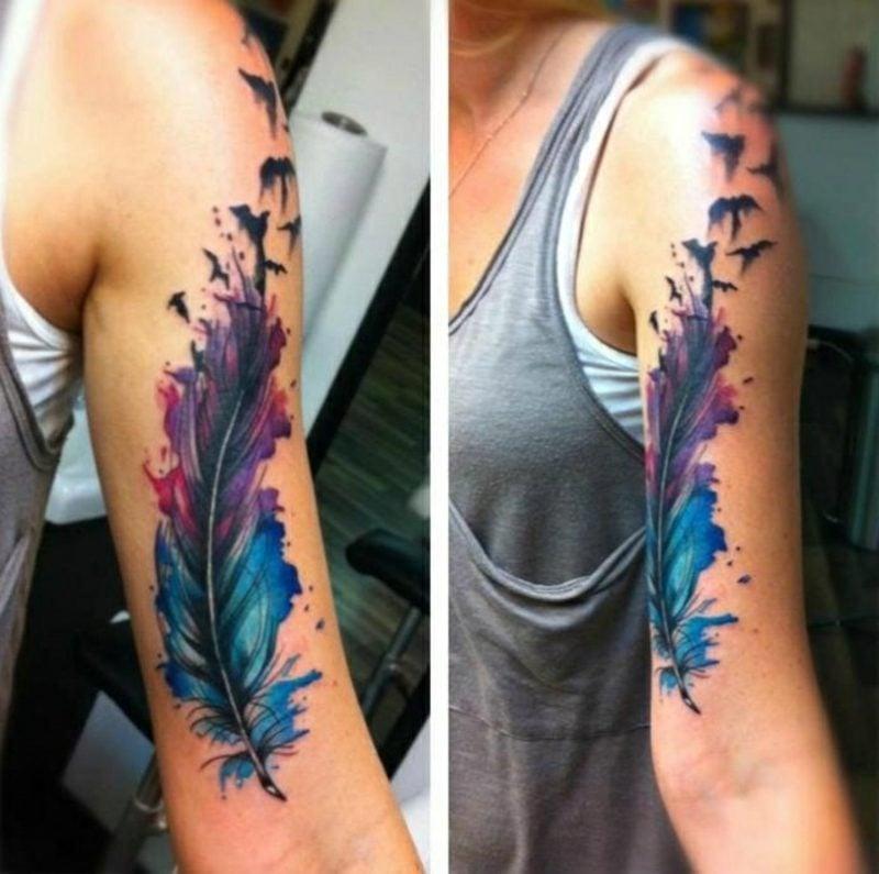 Feder Tattoos Oberarm Frau Wasserfarben