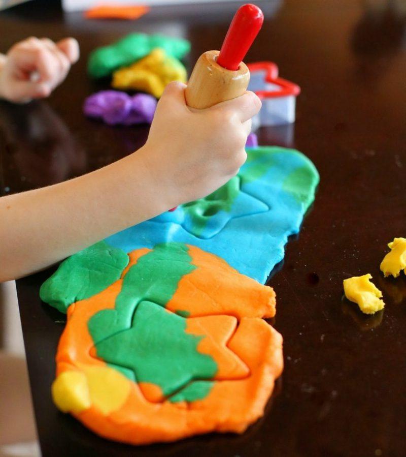 Knete selber machen bunt Spiele Kinder