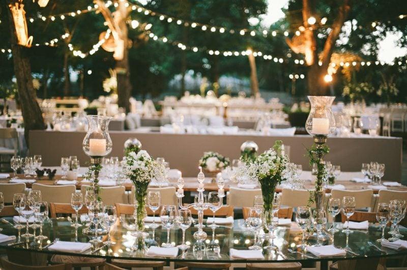 Hochzeit im Garten feiern Tischdeko Beleuchtung