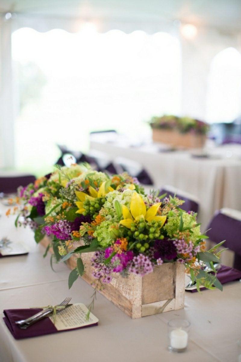 Hochzeit im Garten feiern Blumengestecke arrangieren