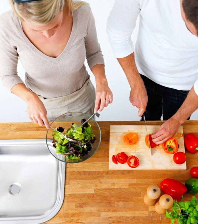 gemeinsam kochen sich die Aufgaben verteilen