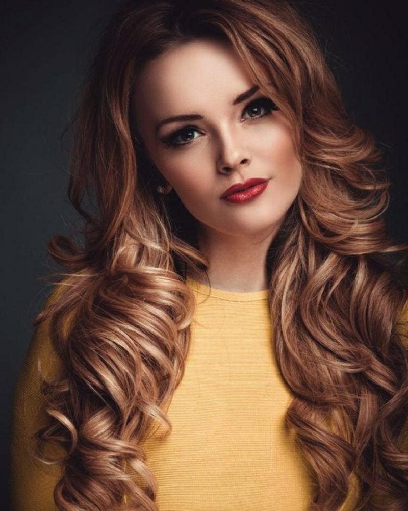 Haarfarbe Caramel Blond Strähnen welliges Haar
