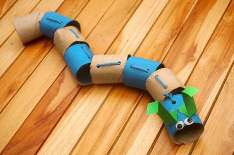 Katzenspielzeug selber machen Schlange aus Klopapierrollen