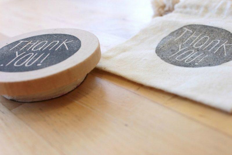 Stempeln mit Kindern Stempel mit Schrift basteln
