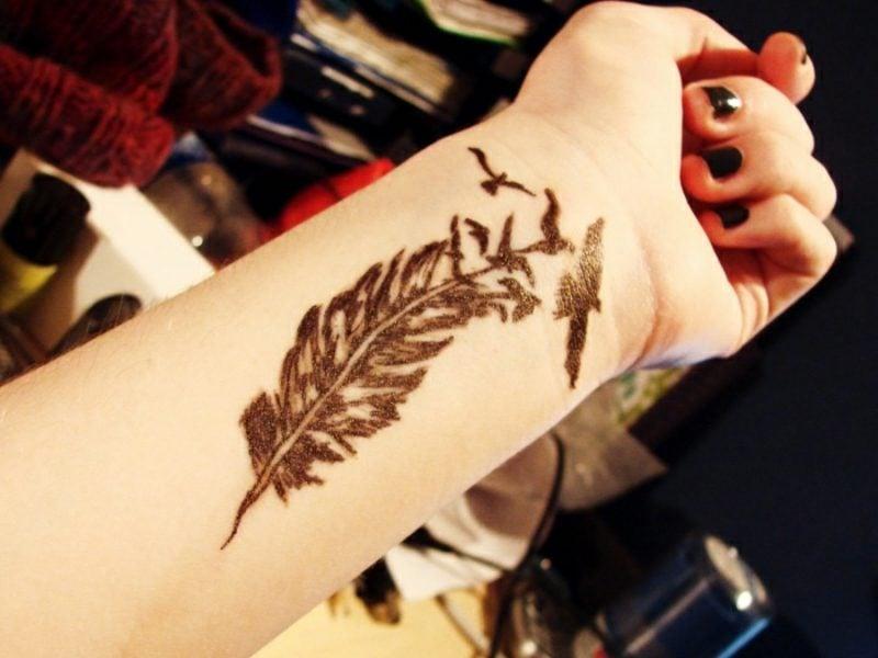 Feder Tattoos Vögel Frau Unterarm Handgelenk
