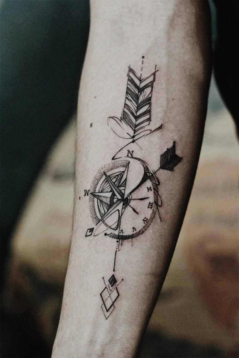 Kompass Tattoo stilisiert Pfeil