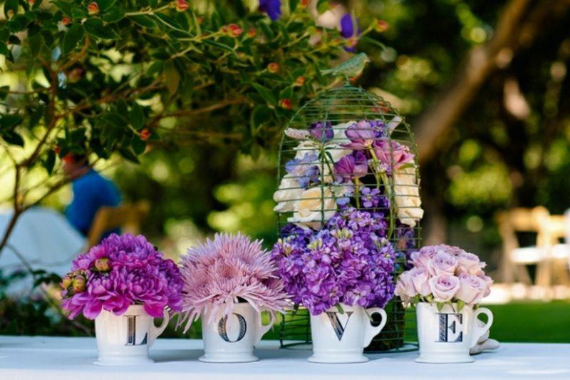 Hochzeit im Garten feiern Tipps Blumengestecke arrangieren