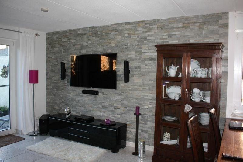 Wand mit Laminat verkleiden Wohnzimmer