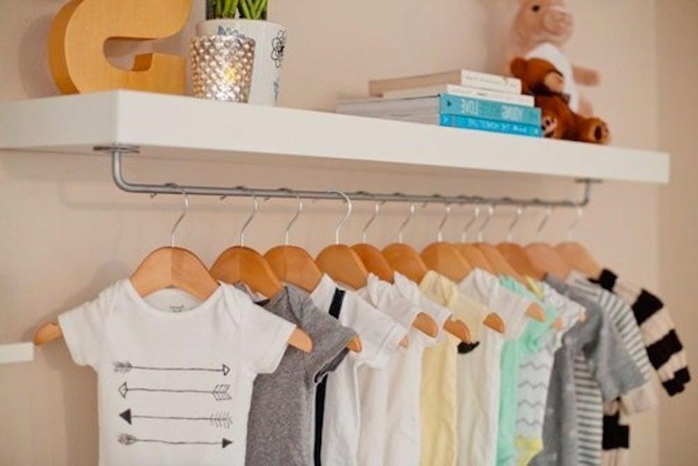 Platz fürsüße Babykleidung: Kleiderschrank Regal