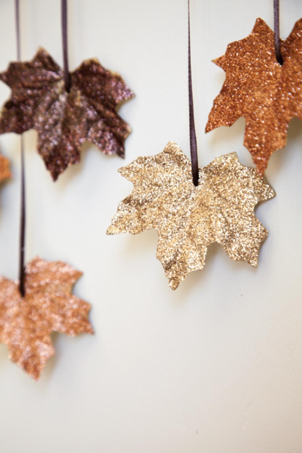 Basteln mit Kindern Herbst: herbstliche Dekoration mit Laub