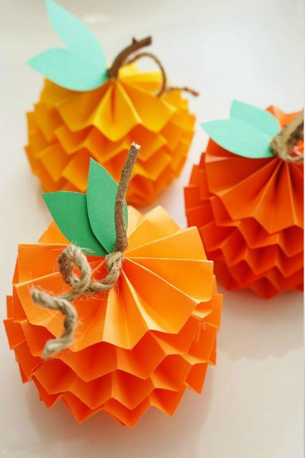 Basteln mit Kindern Herbst: Kürbisse aus Papier basteln