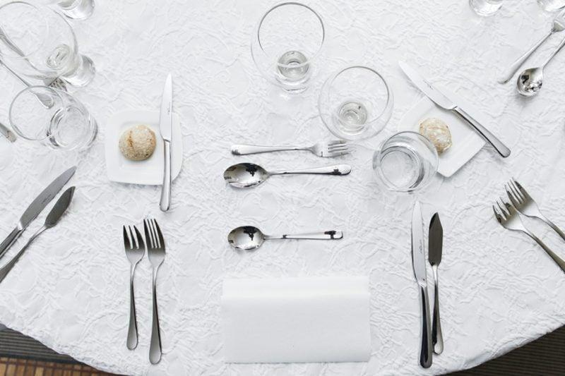 gemeinsam kochen den Tisch decken