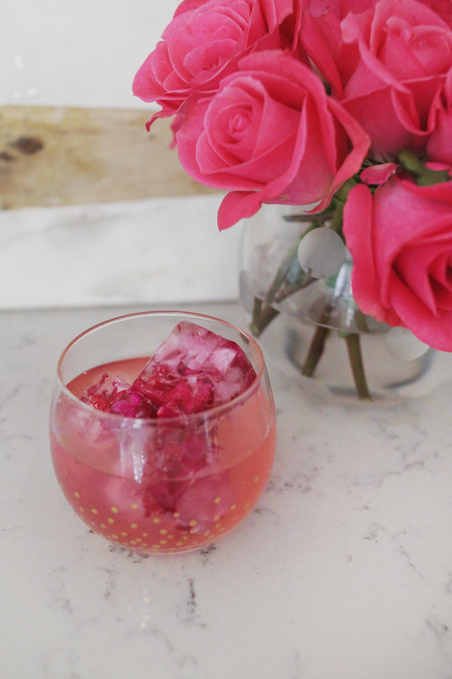 Ausgefallene Eiswürfel selber machen und mit dem Getränk servieren