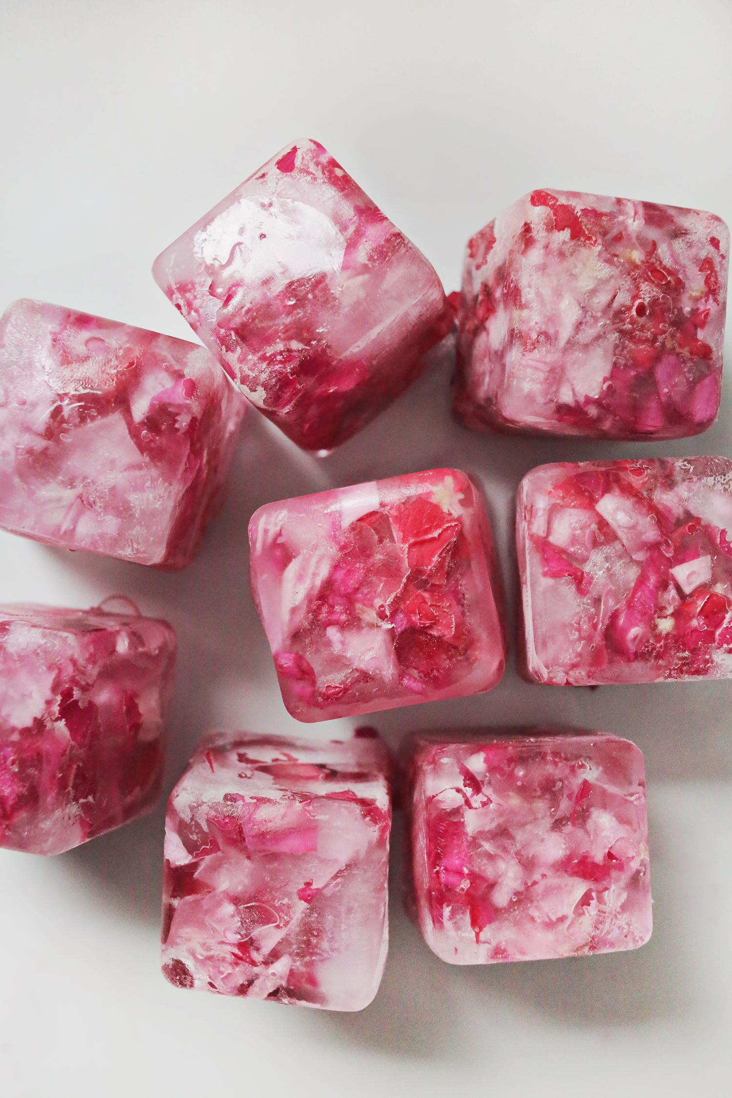DIY blumige Eiswürfel selber machen: Ein gefrorenes Wunder im Glas