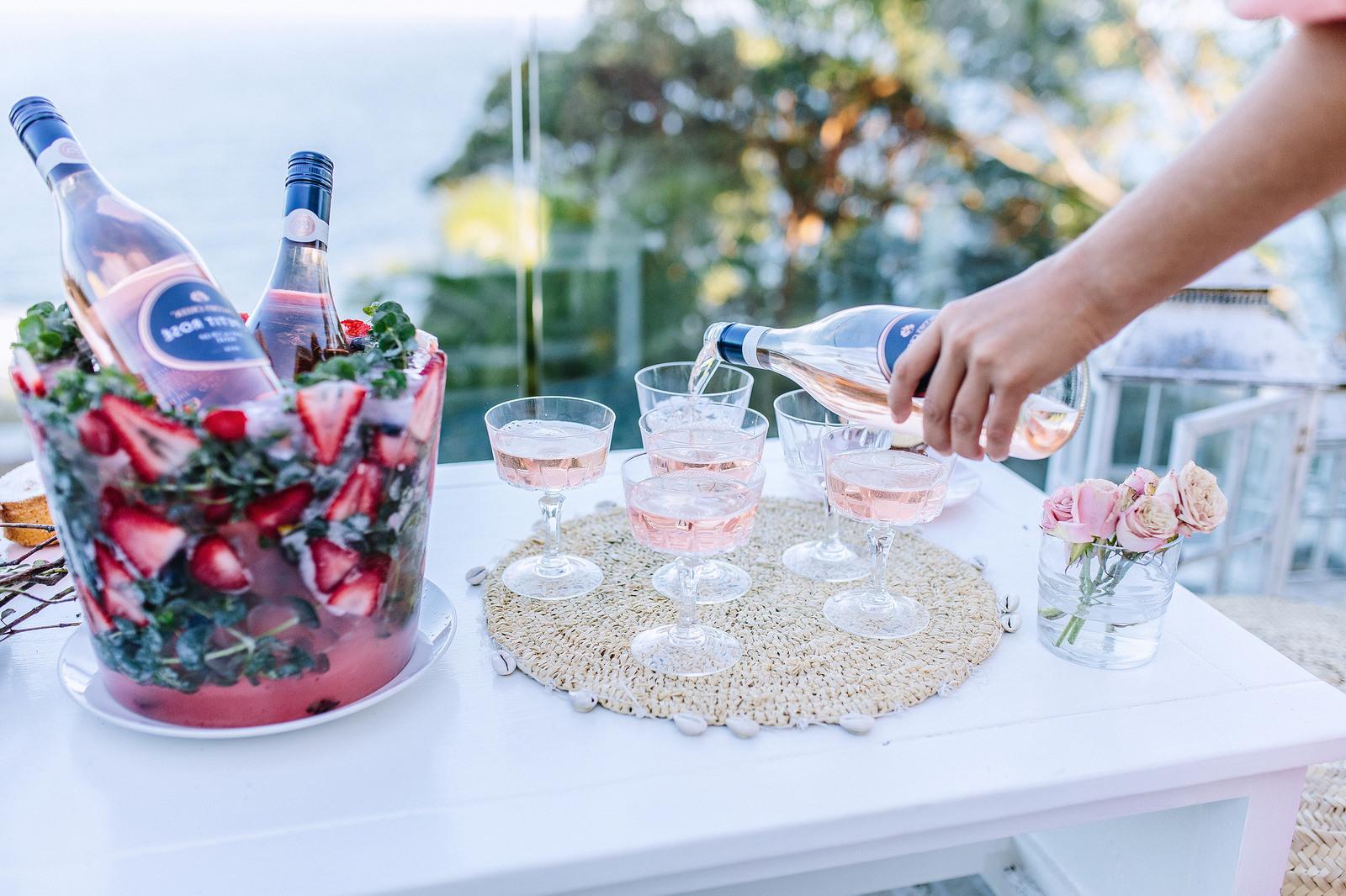 Tolle Ideen für den Gästenempgang: Einen gefrorenen Sekthalter mit Beeren und Blumen und Eiswürfel selber machen