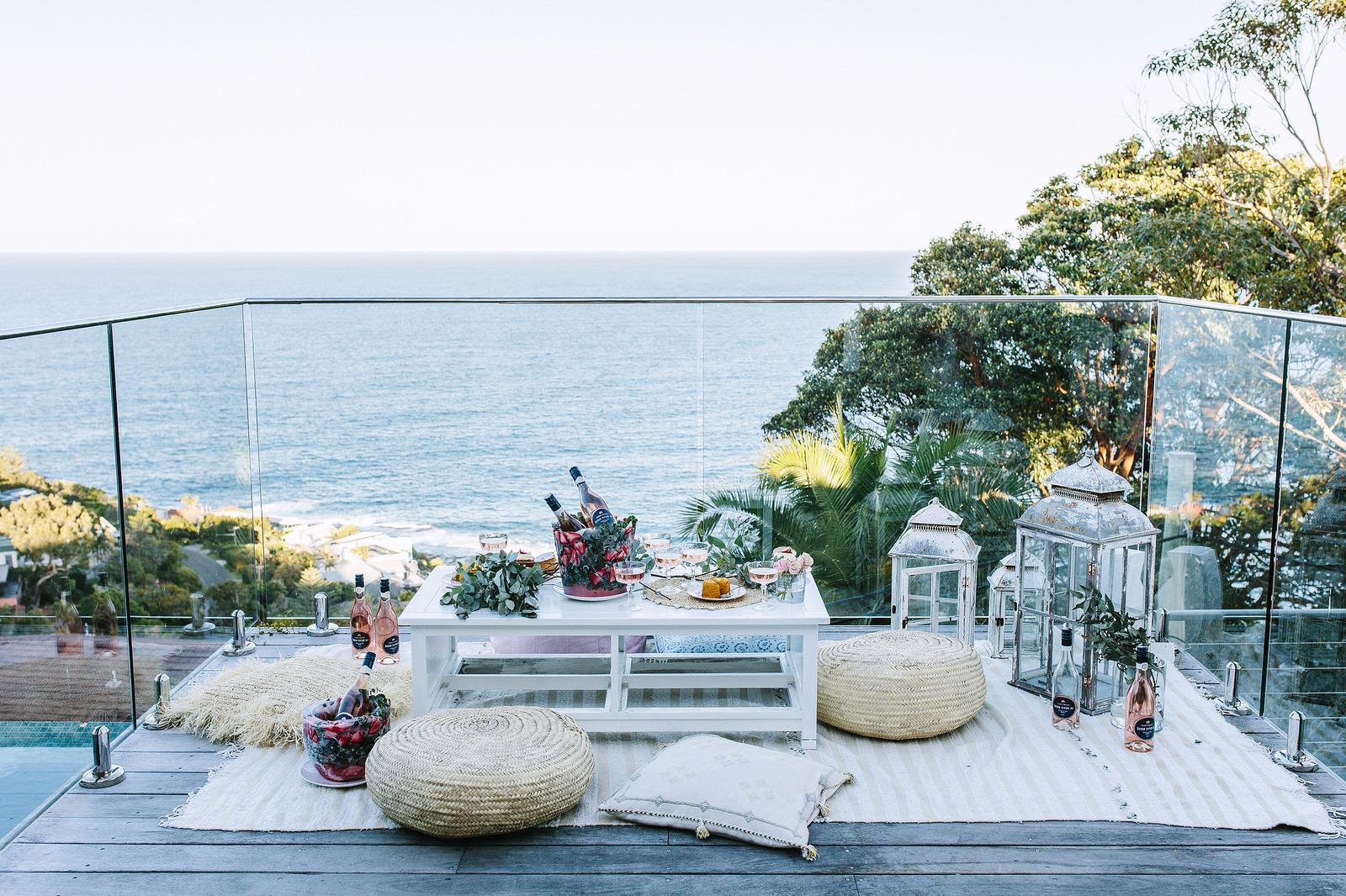 Sagen Sie Willkommen zur Party mit unseren tollen Ideen für den Gästenempgang: Einen gefrorenen Sekthalter mit Beeren und Blumen und Eiswürfel selber machen
