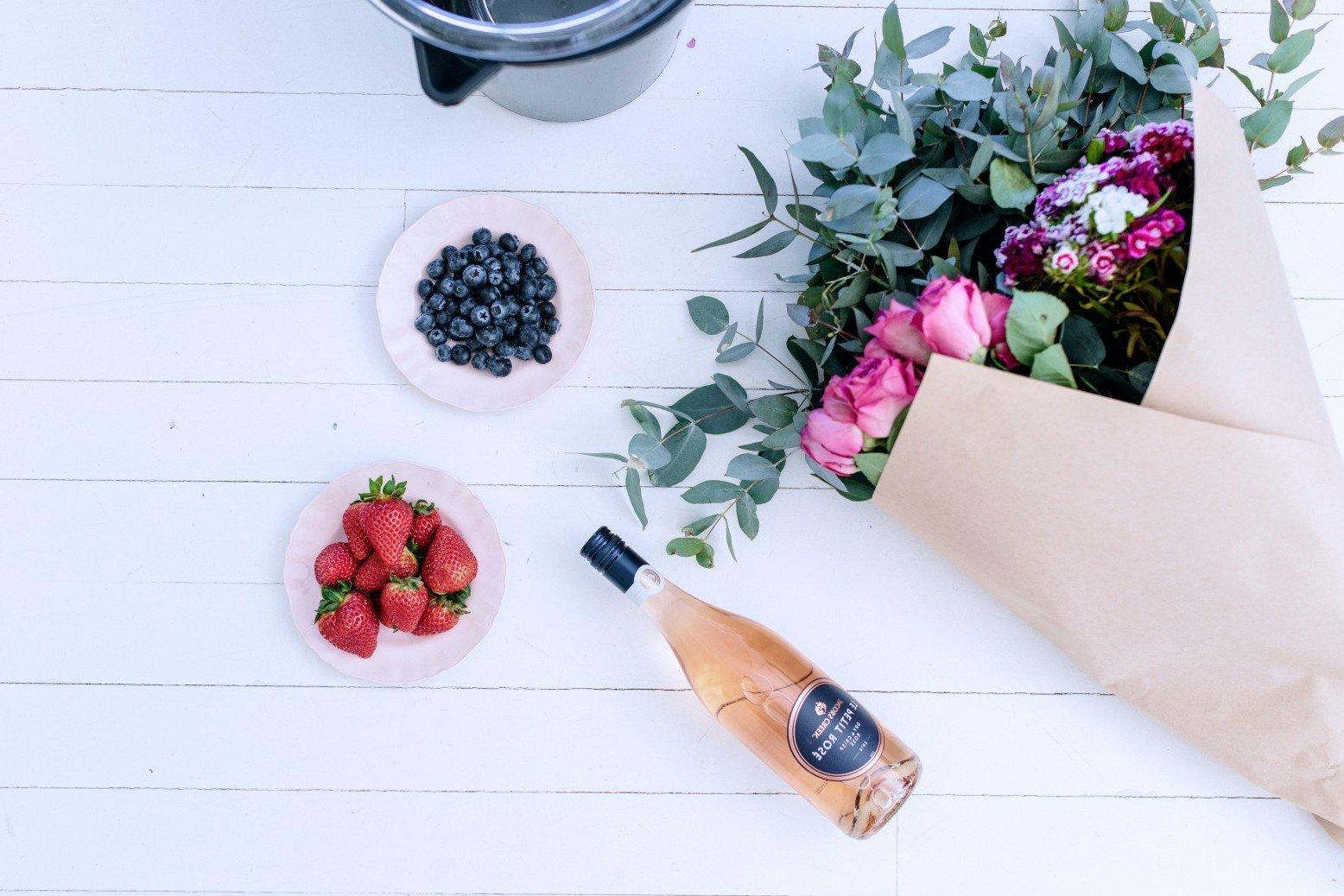 DIY Eiskübel für eine Flasche Wein mit Beeren und Blumen