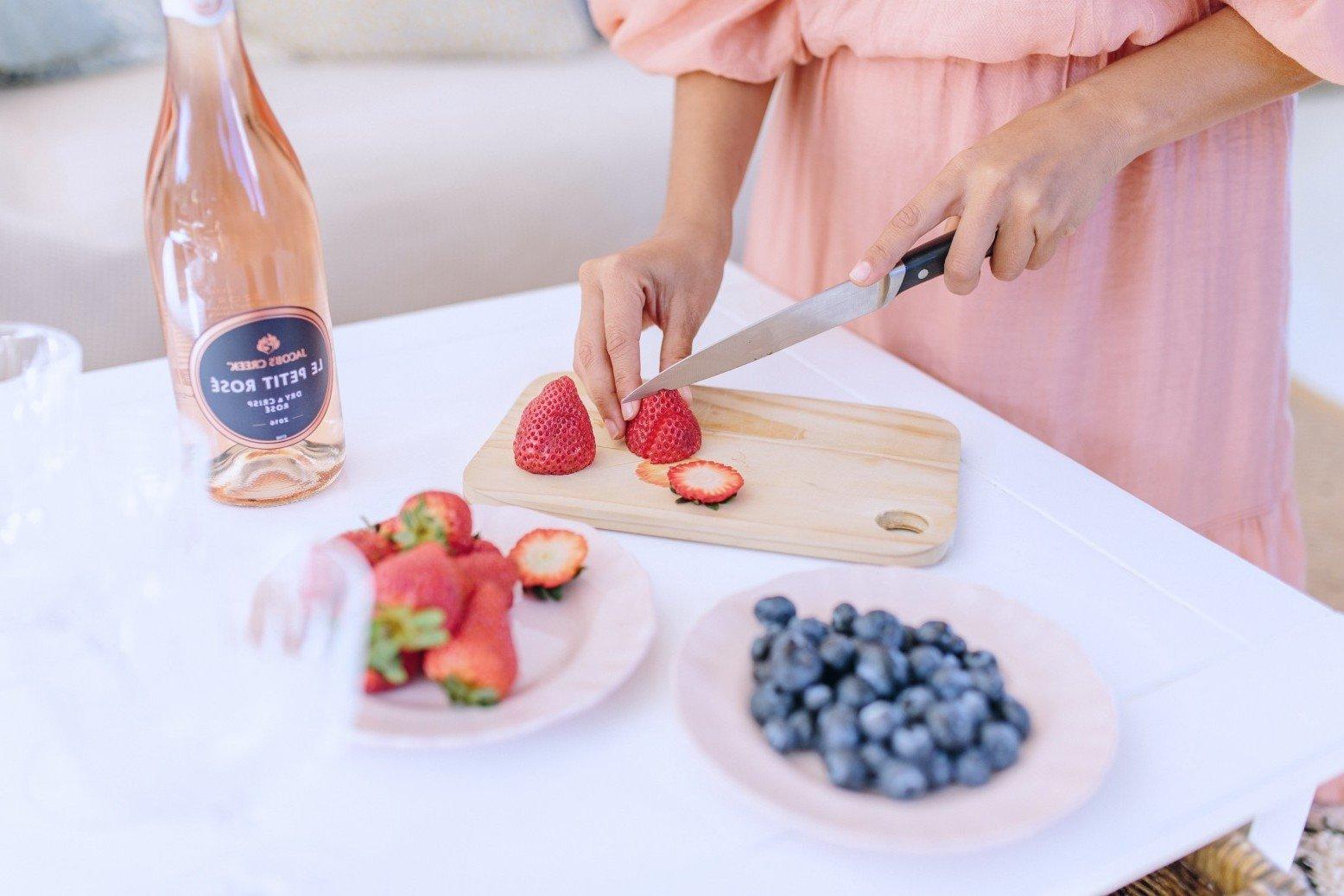 DIY Eiskübel für eine Flasche Wein mit Beeren und Blumen: Tolle Party Dekoration