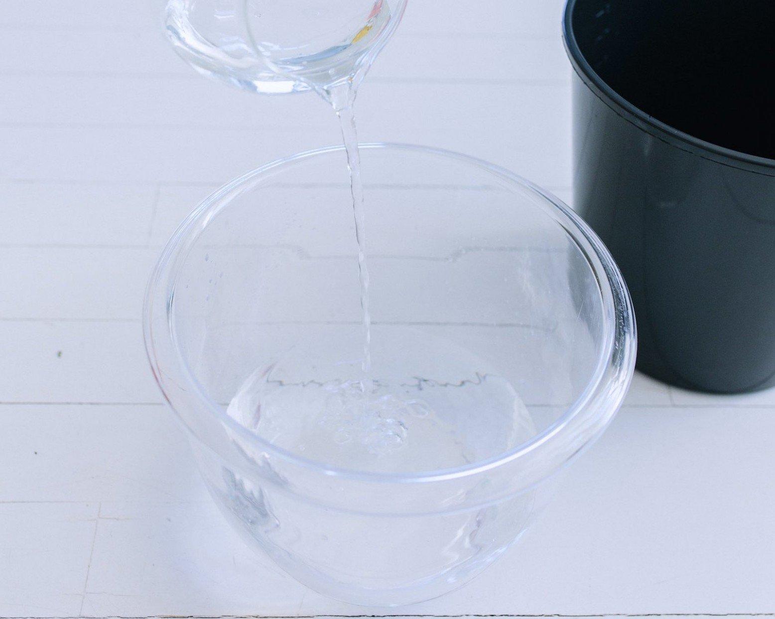 Eiskübel für eine Flasche Wein mit Beeren und Blumen und Eiswürfel selber machen