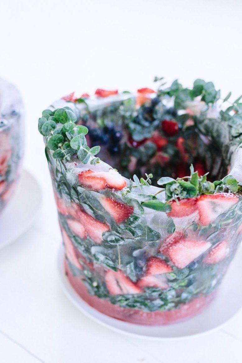 Tolle Idee für Ihre Hochzeit: Wie können Sie einen gefrorenen Sekthalter mit Beeren und Blumen und Eiswürfel selber machen