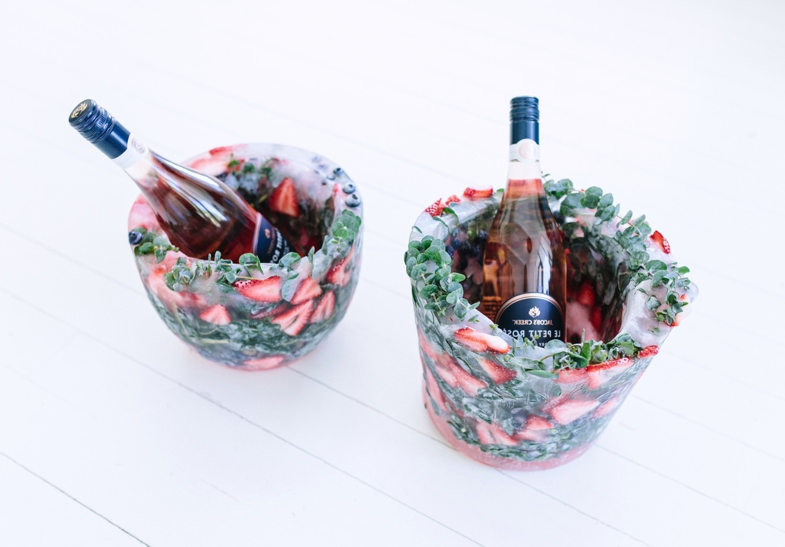 Tolle Ideen für den Sektempfang: Wie können Sie einen gefrorenen Sekthalter mit Beeren und Blumen und Eiswürfel selber machen