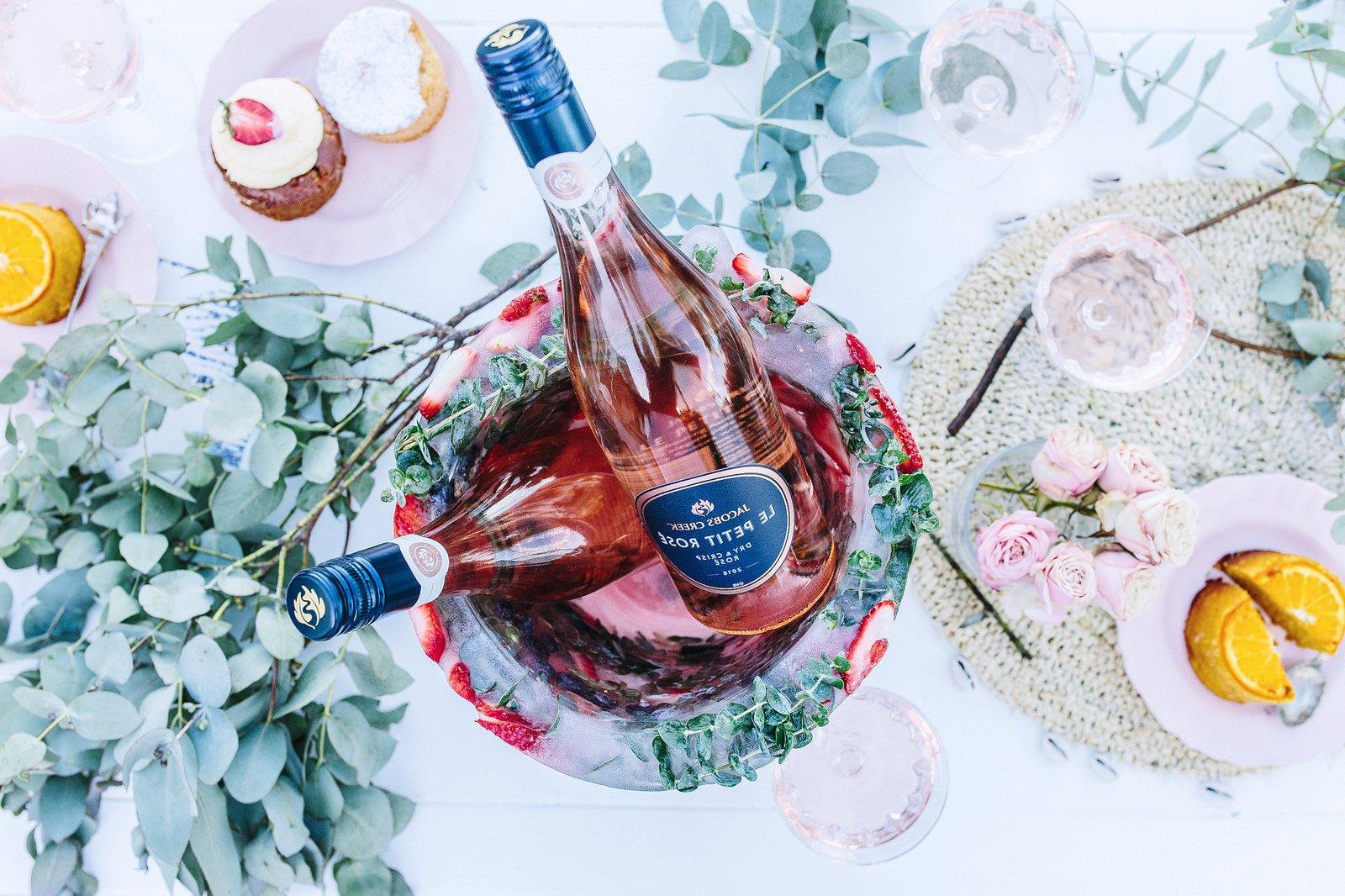 DIY Eiskübel für eine Flasche Wein mit Beeren: Ein gefrorenes Dekoration für festlichen Anlass