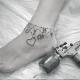 Die Fuß Tattoo Kette ist das gewisse Etwas, das jede Frau braucht, um mehr männliche Achtung auf sich zu richten, und auch eine mondäne Zier am Knöchel