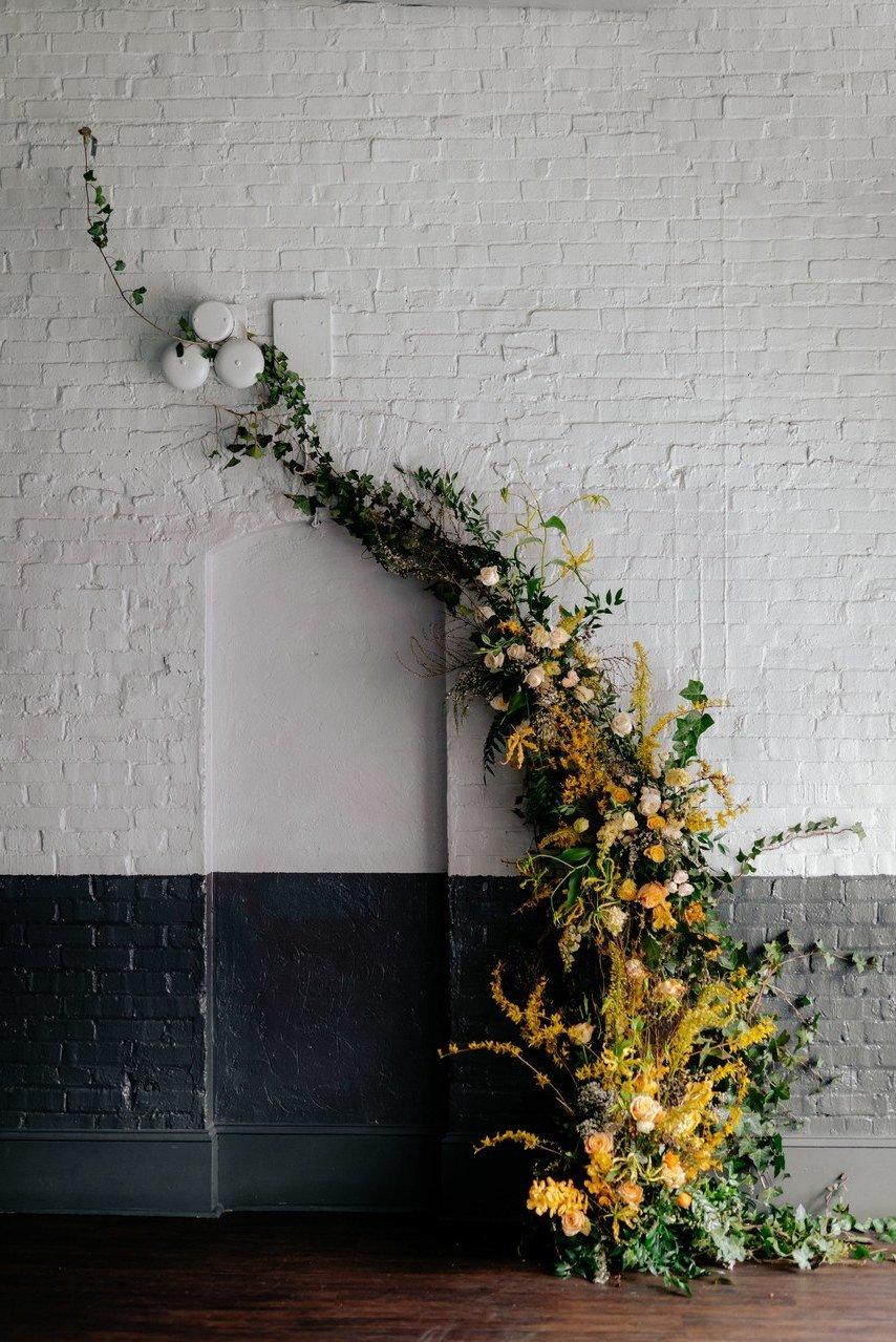 Hochzeitsdeko an der Wand im Vintage Look