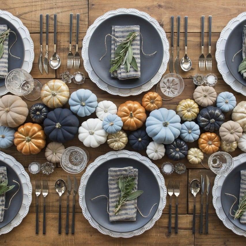 Herbstliche Tischdeko Hochzeit Vintage mit unterschiedlich gefärbten Kürbissen