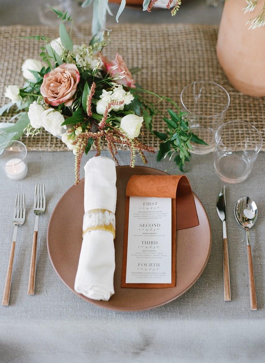 Herbstliche Hochzeitsdeko Vintage auf den Tischen