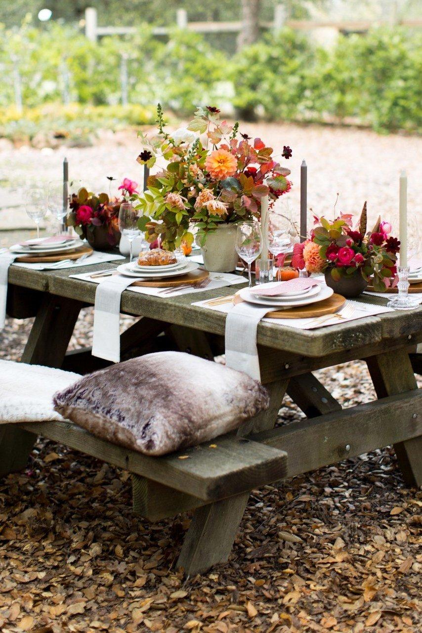 Schöne Hochzeitsdeko Vintage auf einen Picknicktisch