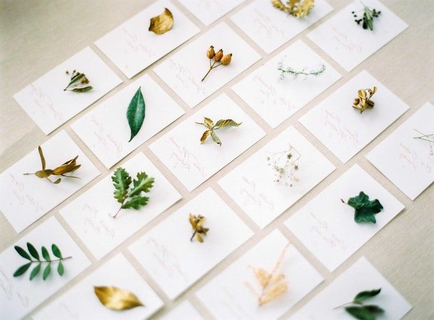 Ideen für Hochzeitsdeko Vintage: Sitzplatzkarten aus Laub oder im Arrangements mit frischen Blumen