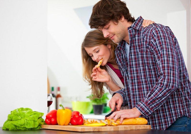 gemeinsam kochen und das Essen abschmecken