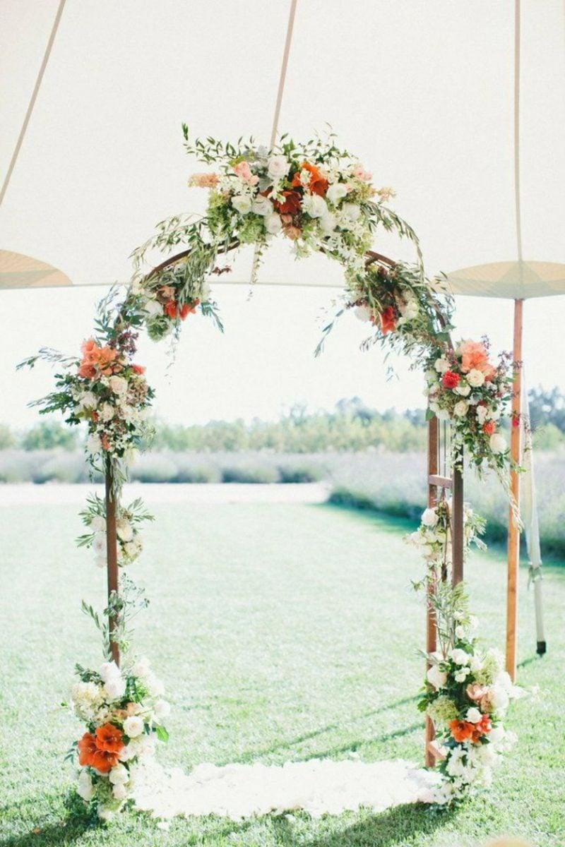 Hochzeit im Garten feiern Blumendeko romantisch