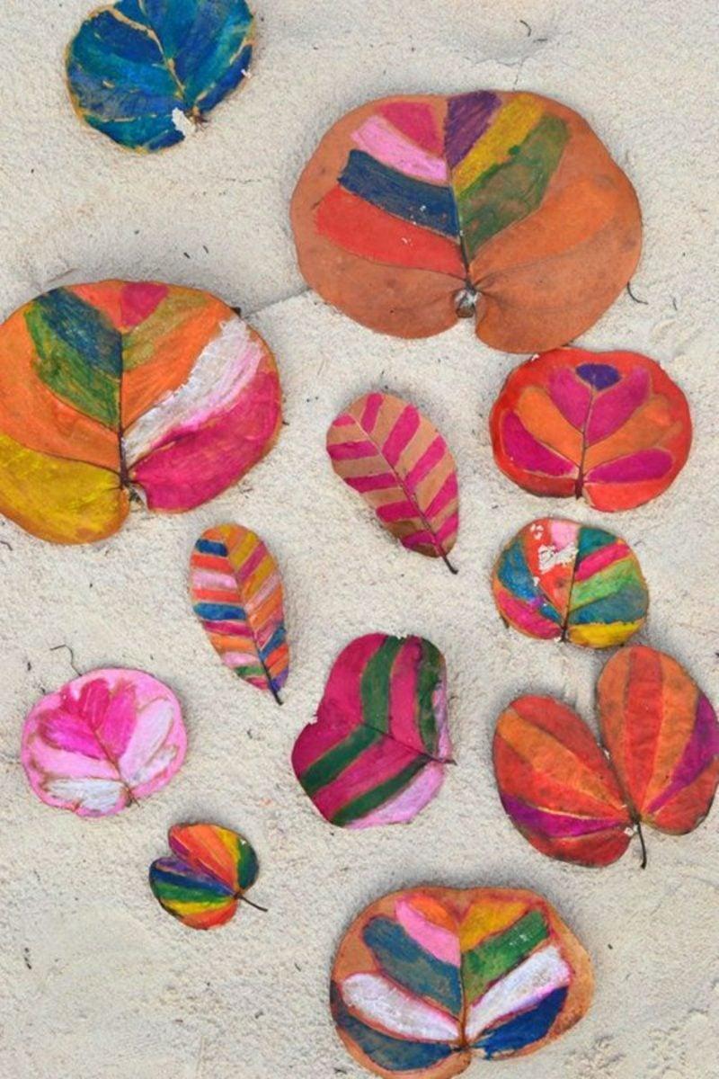 Herbstbasteln mit Kindern Blätter bemalen