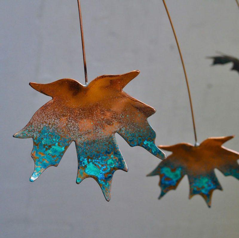 Herbstbasteln mit Kindern Blätter verzieren