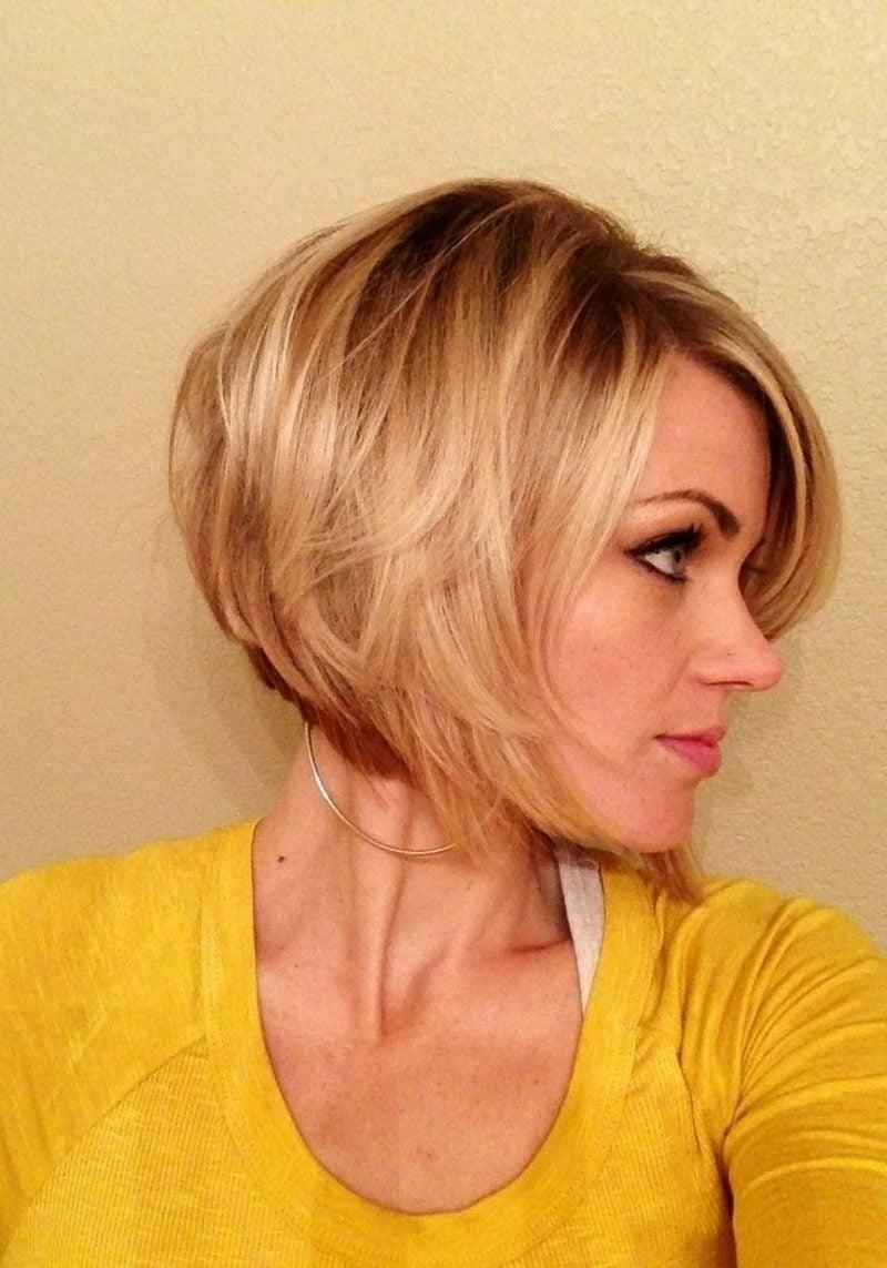 kurzer Bob blondes Haar modern asymmetrisch