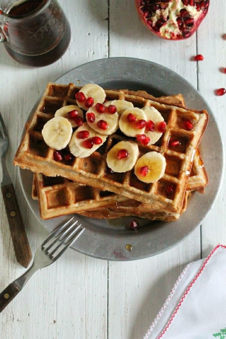 Brunch Ideen knusprige waffeln mit Banane und Schokolade