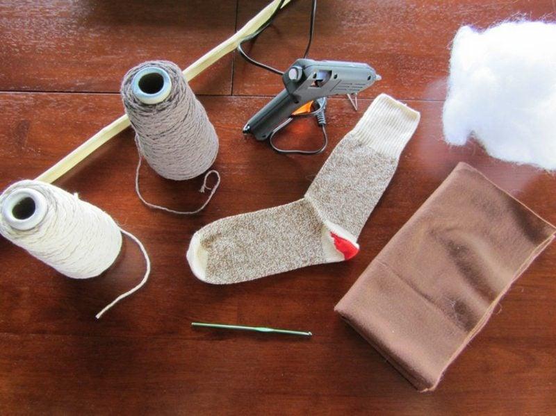 Steckenpferd basteln aus alter Socke Materialien