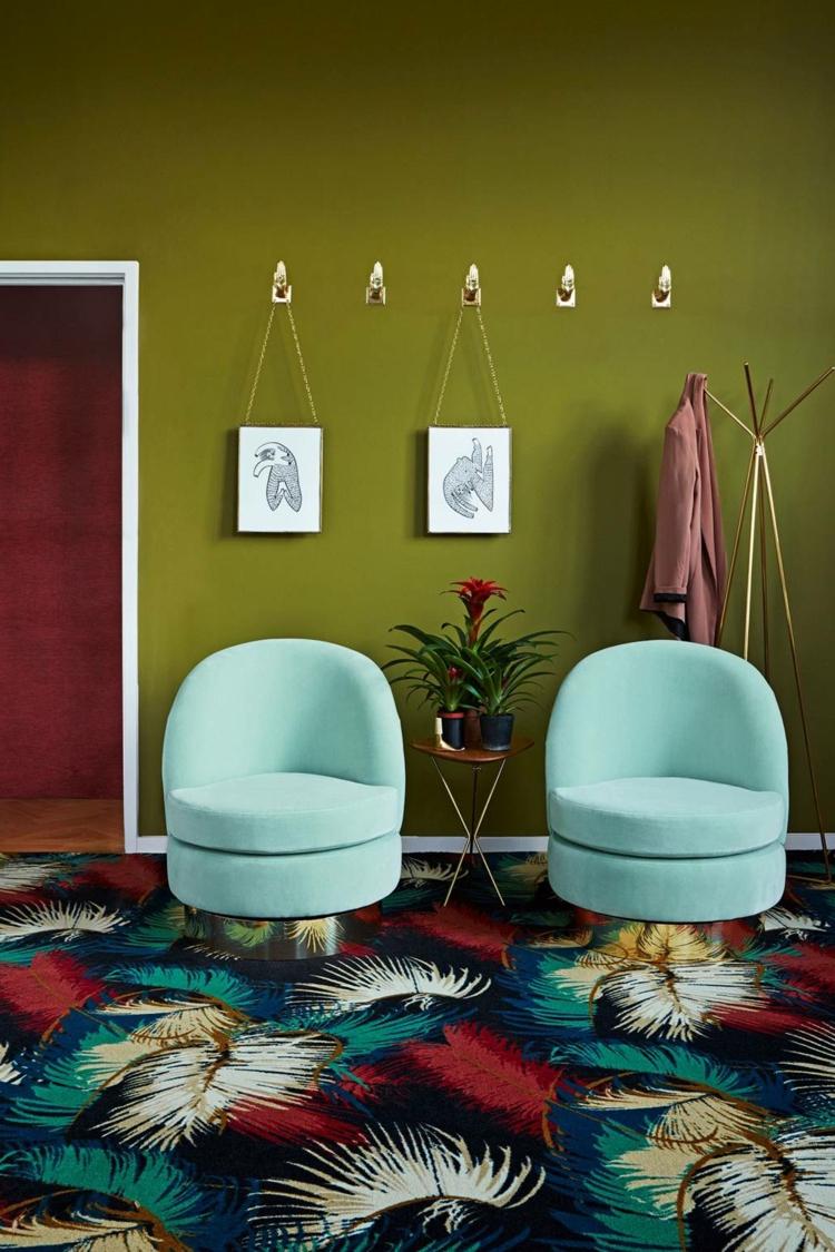 Khaki Farbe Wohnzimmer blaue Sessel bunter Teppich