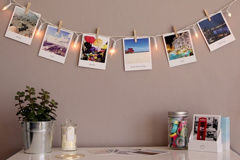 Fotowand gestalten ohne Bilderrahmen Lichterkette Urlaubsfotos Reisedestinationen
