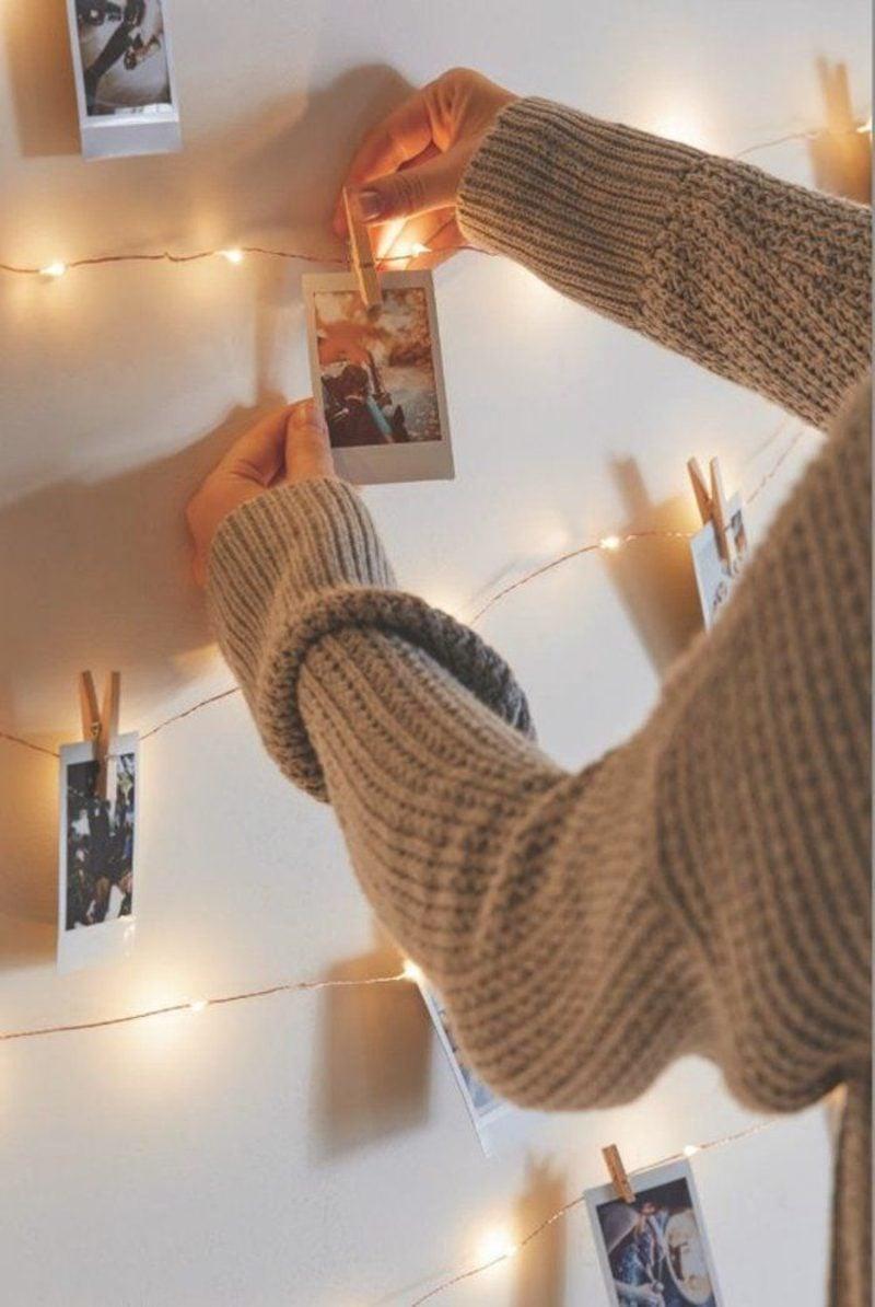 Fotowand gestalten ohne Bilderrahmen originell mit Lichterkette