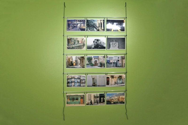 Fotowand gestalten ohne Bilderrahmen Idee mit Metallstangen