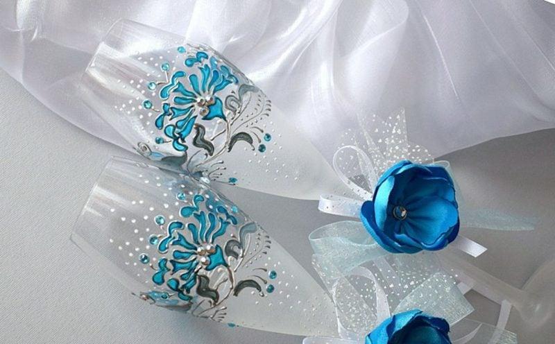 Gläser dekorieren stilvoll Blumen blau