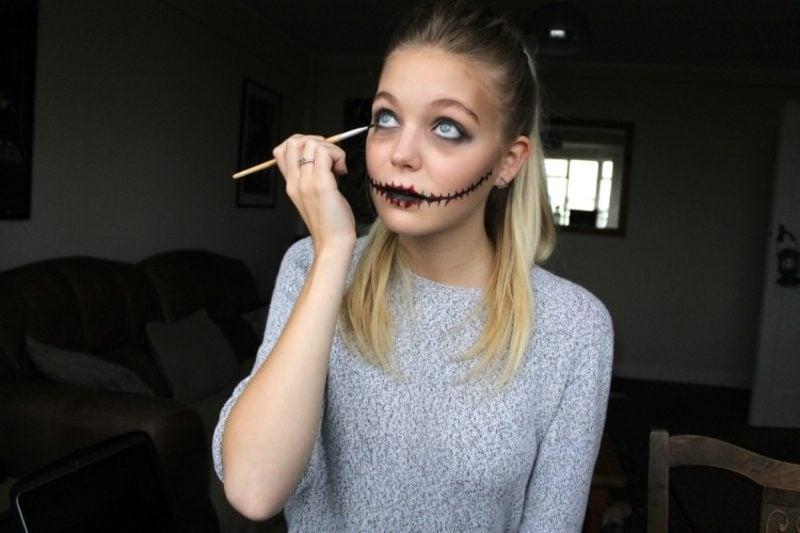 Halloween Make up einfach Zombie Mund und Augen betonen