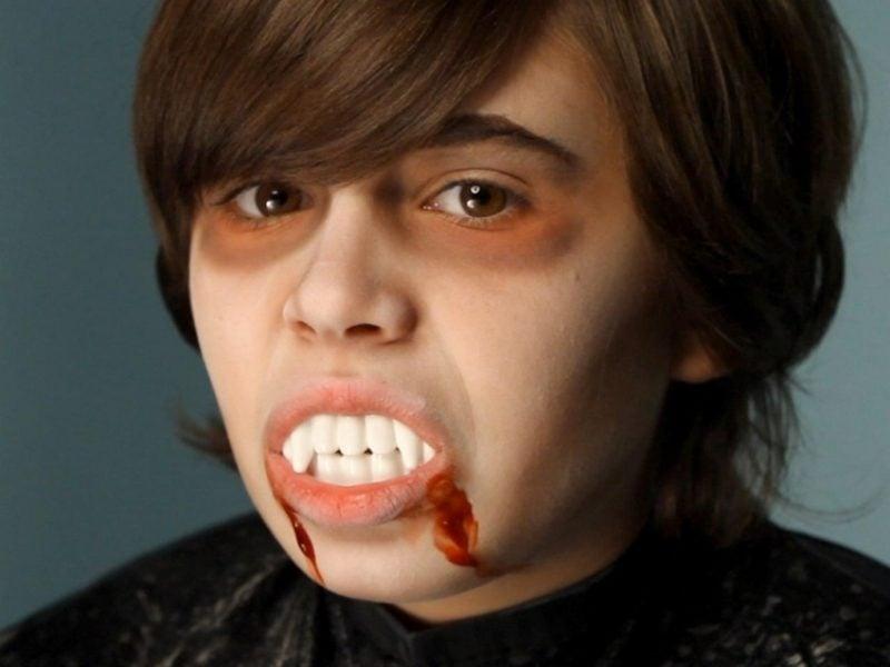 Halloween Make up einfach Vampir Kind künstliche Zähne